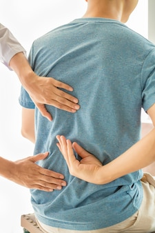 Zamyka up physiotherapist pracuje z pacjentem w klinice