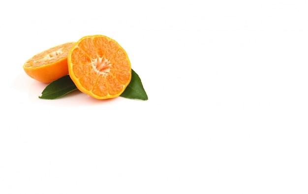Zamyka up pokrojona pomarańcze na białym tle