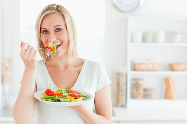 Zamyka up powabna kobieta cieszy się mieszanej sałatki