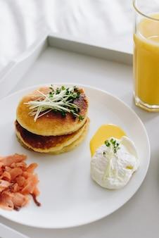 Zamyka up pożywny i smakowity zdrowy śniadanie w łóżku na tacy vertical wizerunku