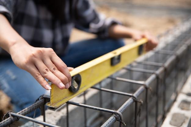 Zamyka up pracownik budowlany w budowie