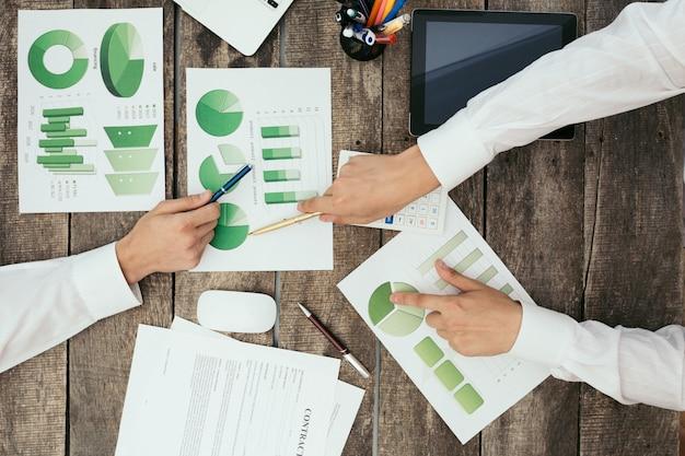 Zamyka up ręki biznesowy spotkanie