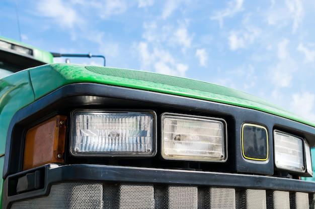 Zamyka up rząd ciągnikowi reflektory przeciw niebieskiemu niebu