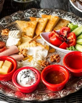 Zamyka up śniadaniowy półmisek z dżemu ogórkiem, pomidorowy ser i salami