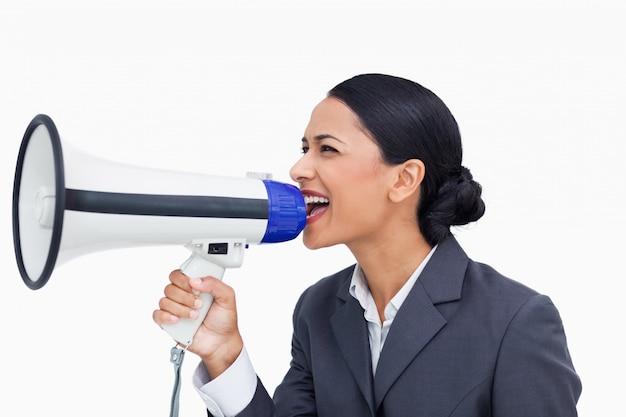 Zamyka up sprzedawczyni krzyczy przez megafonu