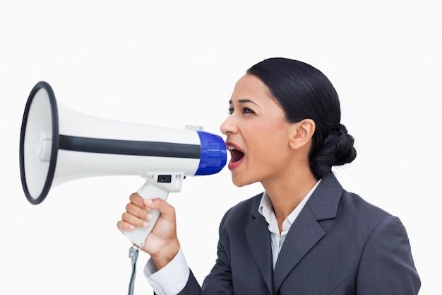 Zamyka up sprzedawczyni wrzeszczy przez megafonu