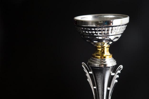 Zamyka up srebny trofeum nad czarnym tłem. zwycięskie nagrody