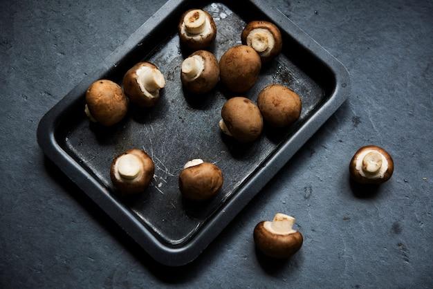 Zamyka up świeża organicznie shiitake cremini pieczarka