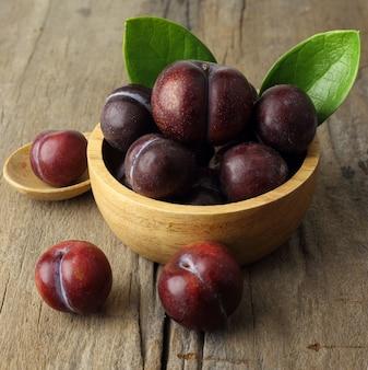 Zamyka up świeże śliwkowe owoc w pucharze