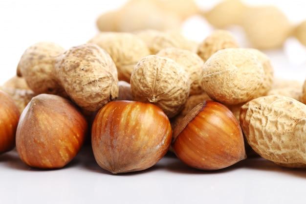 Zamyka up świezi hazelnuts i arachidy