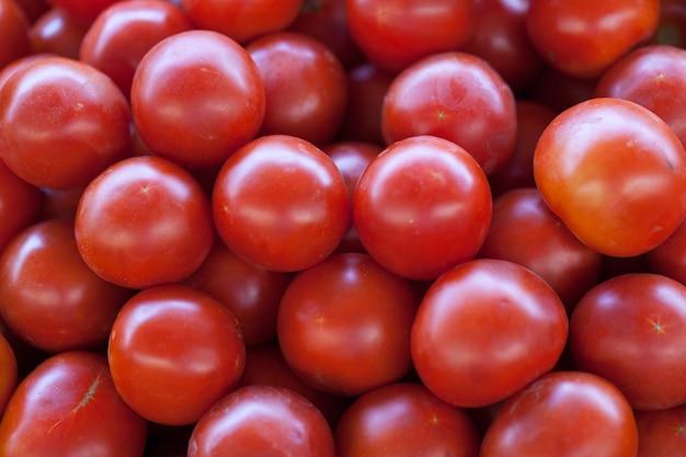 Zamyka up świezi organicznie pomidory przy plenerowym rynkiem
