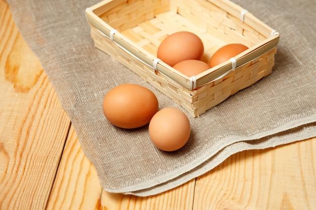 Zamyka up świeży kurczaka jajko na natura drewnianym stole