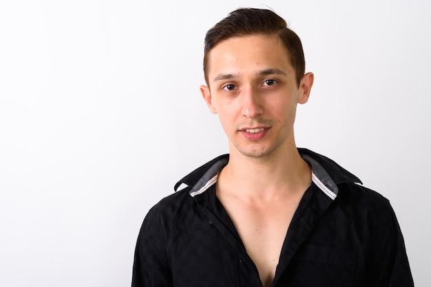 Zamyka up szczęśliwy młody przystojny mężczyzna uśmiecha się z koszuli otwarte aga