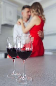 Zamyka up szkła z winem na stole