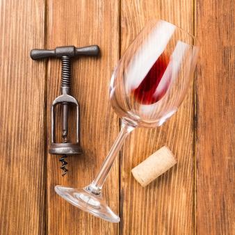Zamyka up szkło czerwone wino na drewnianym tle