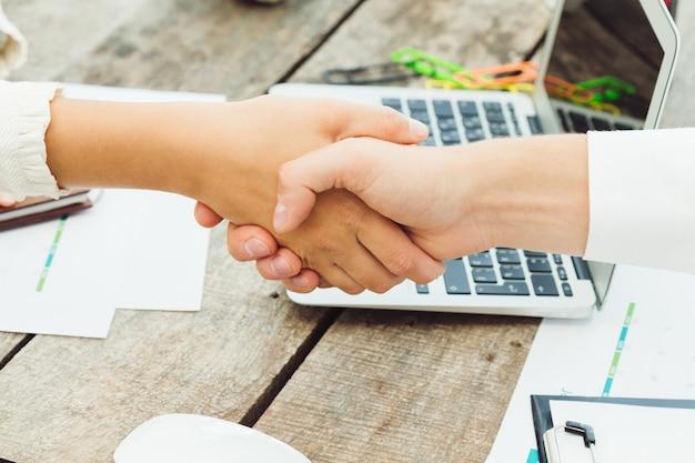 Zamyka up trząść ręki w biznesowym spotkaniu