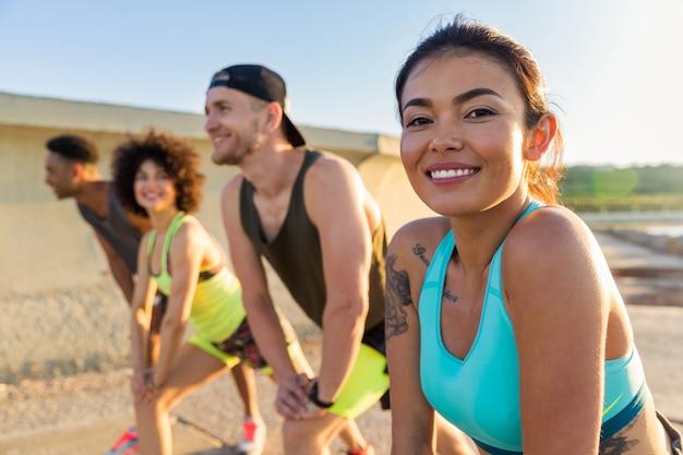 Zamyka up uśmiechnięta sporty kobieta robi sportom
