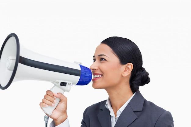 Zamyka up uśmiechnięta sprzedawczyni z megafonem