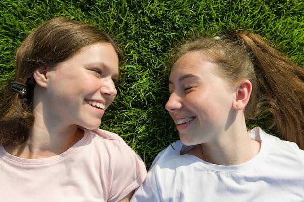 Zamyka up uśmiechnięte młode dziewczyny