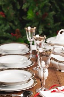 Zamyka up wakacje stół ustawia nowożytnego wnętrze