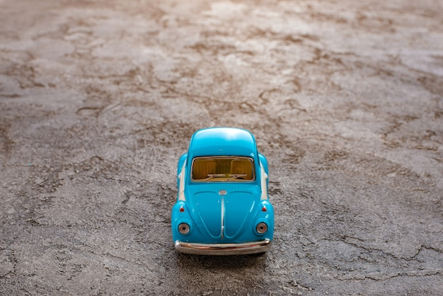 Zamyka up zabawka retro błękitny samochód. podróż koncepcyjna i dzień ojców.