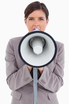 Zamyka up żeński przedsiębiorca krzyczy przez megafonu
