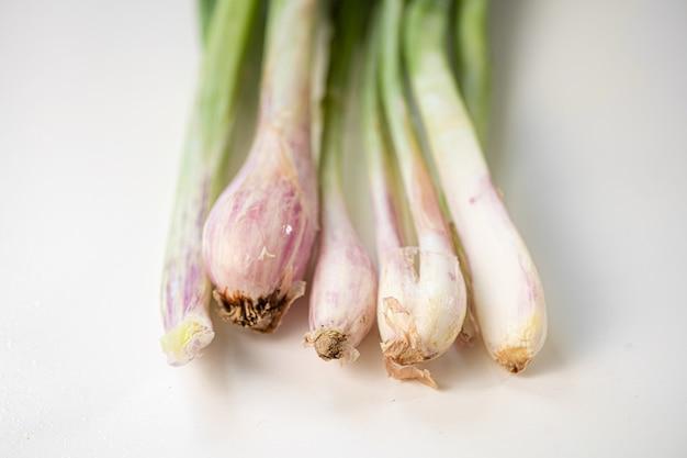 Zamyka up zielona scallion cebula na białym tle. zdrowe jedzenie. życie rolnika