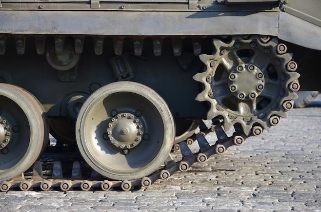 Zamyka up zielony opancerzony gąsienica transport. nowoczesne technologie wojskowych pojazdów transportowych