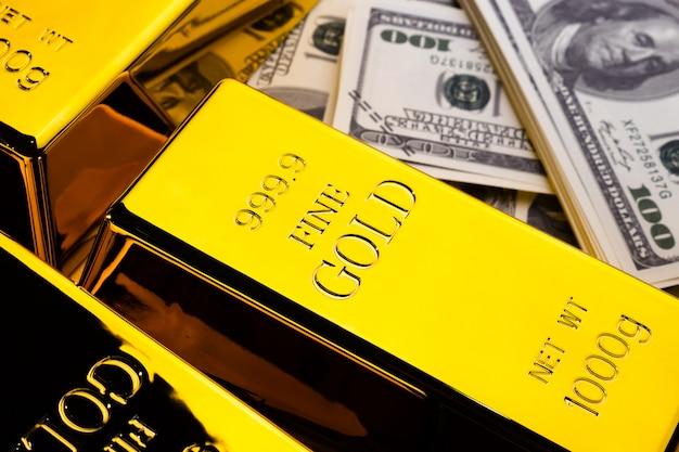 Zamyka up złociści bary i banknoty. koncepcja finansowa
