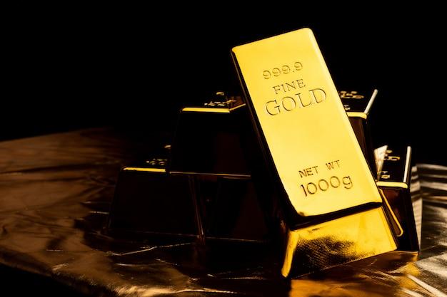 Zamyka up złociści bary na czarnym bacground. koncepcja finansowa