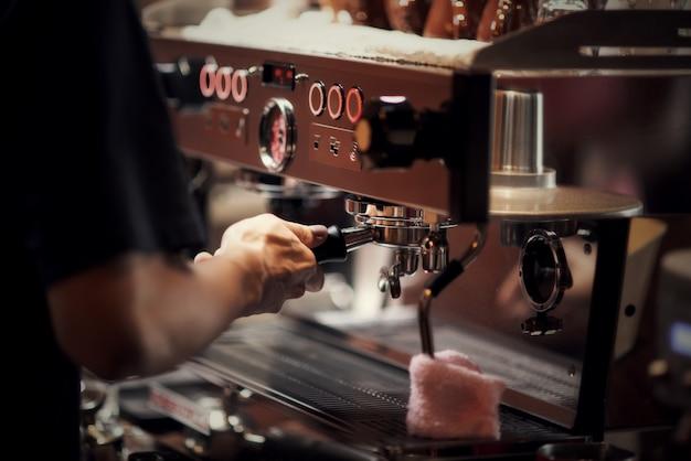Zamyka w górę barista robi cappuccino, barman przygotowywa kawowego napój