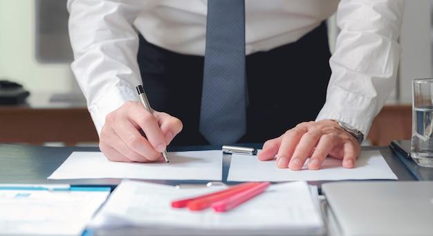 Zamyka w górę biznesowego mężczyzna podpisywania kontrakta robi transakci, klasyczny biznes.