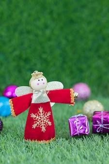 Zamyka w górę bożenarodzeniowej dekoraci na trawie