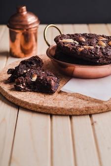 Zamyka w górę czekoladowego ciastka z kawałkami