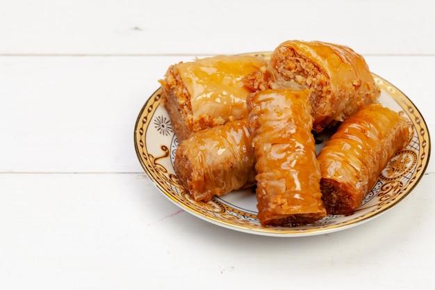 Zamyka w górę fotografii wyśmienicie turecka baklava słuzyć na talerzu