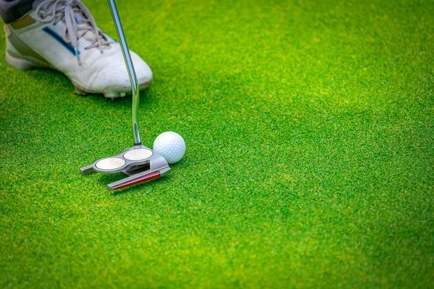 Zamyka w górę klubu golfowego i piłki golfisty stawiać je