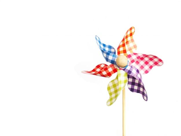 Zamyka w górę kolorowego pinwheel nad białym tłem.