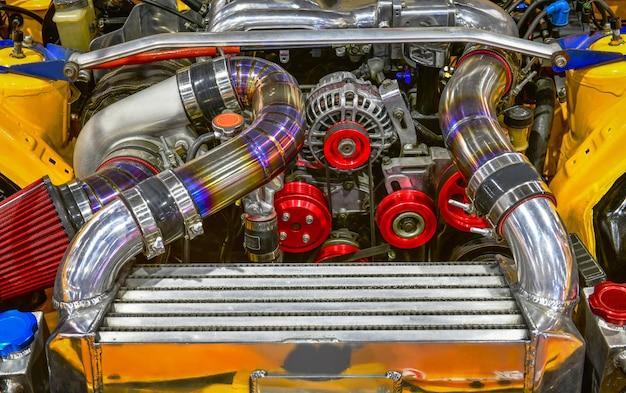 Zamyka w górę kolorowych szczegółów samochodowy silnik. modyfikacja silnika turbo