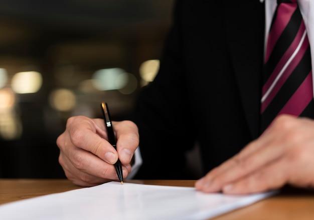 Zamyka w górę korporacyjnego mężczyzna writing