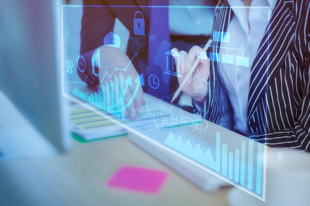 Zamyka w górę ludzi biznesu jest analiza biznesowym raportem z cyfrowym wirtualnym ekranem, biznesowy pieniężny tło