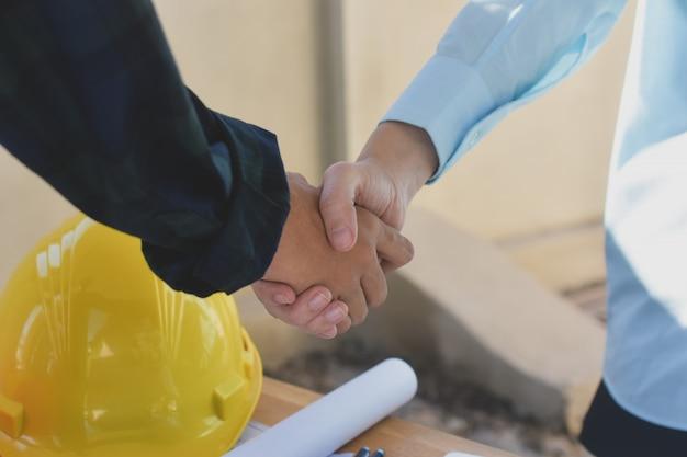 Zamyka w górę ludzi biznesu trząść ręki zgody sukcesu architektury projekt budowlanego