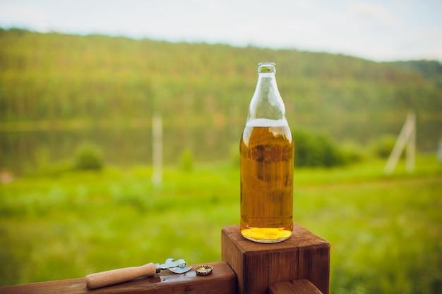 Zamyka w górę mężczyzna pije piwo od szkła przy na wolnym powietrzu blisko basenu. koncepcja alkoholu i wypoczynku.