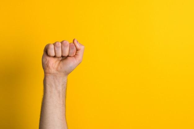 Zamyka w górę mężczyzna ręki pięści. znak zwycięzcy i władzy