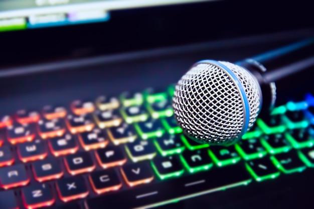 Zamyka w górę mikrofonu na laptop oświetleniowej klawiaturze.