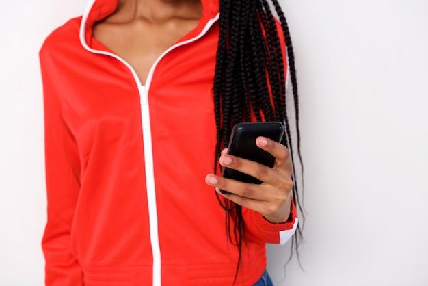 Zamyka w górę młodej kobiety mienia telefonu komórkowego w ręce