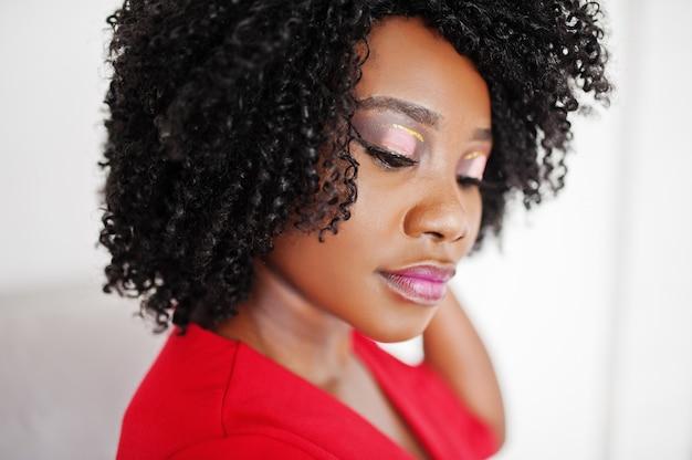 Zamyka w górę moda amerykanina afrykańskiego pochodzenia modela w czerwonej piękno sukni, seksowna kobieta z jaskrawym uzupełniał.
