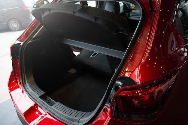 Zamyka w górę otwartego samochodowego ogonu lekkiego czerwonego koloru na usługa