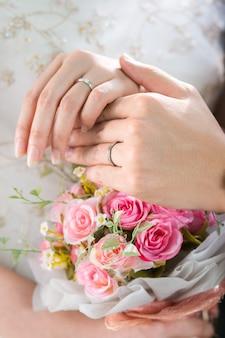 Zamyka w górę państwa młodzi ręki artykuły obrączki ślubnej