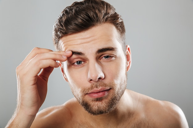 Zamyka w górę piękno portreta młody brodaty mężczyzna