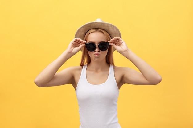 Zamyka w górę portret młodej pięknej atrakcyjnej blond dziewczyny ono uśmiecha się patrzejący kamerę